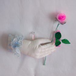 1. バラを持つ手 5,280円