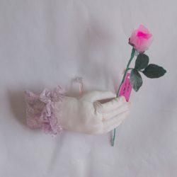 2. バラを持つ手 5,280円
