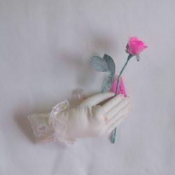 3. バラを持つ手 5,280円
