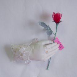 4. バラを持つ手 5,280円